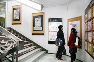 中野ブロードウェイ商店街階段ギャラリー